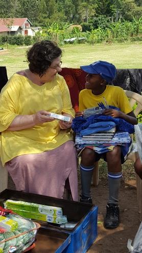 Erin, chłopczyk, którego sponsoruję, otwiera prezenty, które mu przywiozłam. Mbarara, Afryka