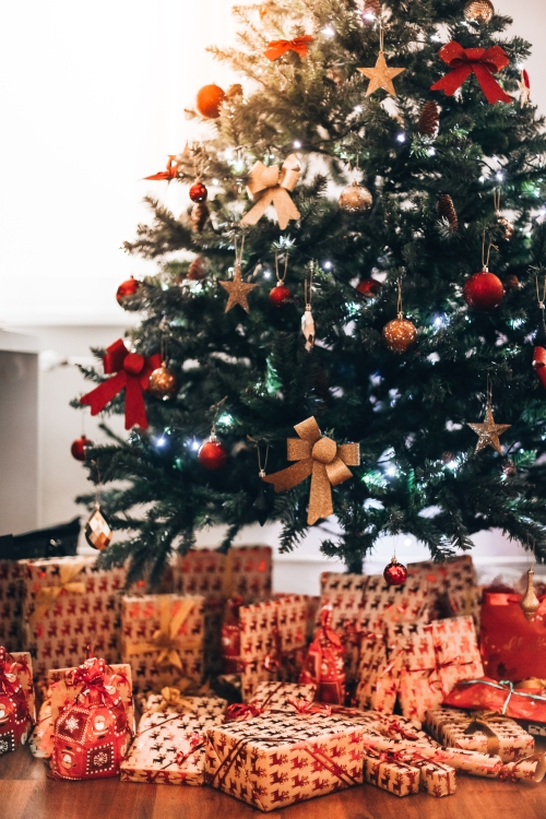 christmas-tree-with-presents-vertical-picjumbo-com
